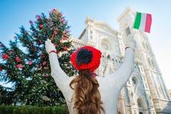 Visto de detrás, el turista de la mujer en la Navidad adornó Florencia Foto de archivo libre de regalías