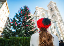 Visto de detrás la mujer que goza para estar en Italia el tiempo de la Navidad Imagen de archivo libre de regalías