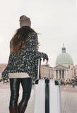 Visto de detrás mujer joven con el bolso grande del equipaje en Venecia Foto de archivo