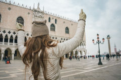 Visto do júbilo de trás do turista da mulher no St marca o quadrado Imagens de Stock