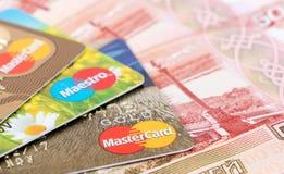 VISTO e carta di debito di Mastercard con le rubli russe Fotografie Stock