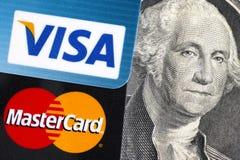 Visto e Mastercard sulla banconota in dollari 100 con Benjamin Franklin po Fotografia Stock Libera da Diritti