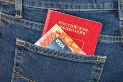 Visto russo della carta di credito del passaporto, dei soldi e nel pocke posteriore dei jeans Immagini Stock