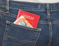 Visto russo della carta di credito del passaporto, dei soldi e nel pocke posteriore dei jeans Fotografie Stock