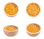 Vistraancapsule, de Omega 3-6-9 capsules van vistraan gele zachte gelen, Sacha-inchiolie, Gele oliepillen in houten kop op witte  Stock Fotografie