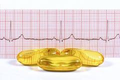 Vistraancapsules en ECG op witte achtergrond Royalty-vrije Stock Foto