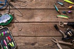 Vistuig - visserij het spinnen, vislijn, haken en lokmiddelen op houten achtergrond stock foto's