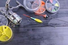 Vistuig - wind, vlotters, vislijn op een houten achtergrond stock afbeelding