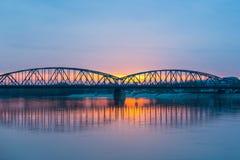 Vistula most w Toruńskim przy zmierzchem i rzeka zdjęcie stock