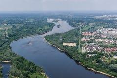 Vistula River i Warszawa - flyg- sikt Royaltyfri Bild