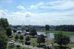 Vistula River, parque, & ponte em Krakow, Polônia imagens de stock