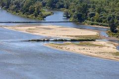 Vistula rzeka z piaskowatymi płyciznami na pogodnym letnim dniu, Kazimierz Dolny, Polska Fotografia Royalty Free