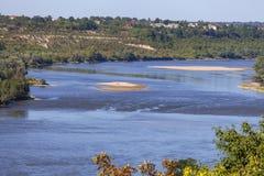 Vistula rzeka z piaskowatymi płyciznami na pogodnym letnim dniu, Kazimierz Dolny, Polska Obrazy Stock