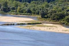 Vistula rzeka z piaskowatymi płyciznami na pogodnym letnim dniu, Kazimierz Dolny, Polska Zdjęcia Royalty Free