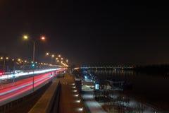 Vistulan Jan Karski bulwar blisko Slasko-Dabrowski mostu przy nocą obraz stock