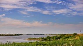 Vistularivier Wolken over de rivier vóór zonsondergang Het water en de hemel stock videobeelden