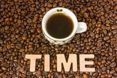 Visualização do café do conceito ou do tempo da ação O tempo de palavra, que é alinhado com grande, 3D as letras, mentiras no dis Imagens de Stock