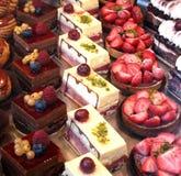 Visualización colorida de los pasteles Imagen de archivo libre de regalías