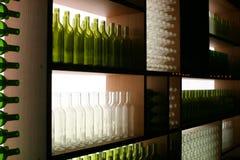 Visualización de botellas verdes y blancas Fotografía de archivo