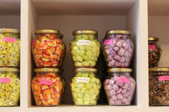 Visualización de dulces en tarros en un departamento en Brujas Foto de archivo
