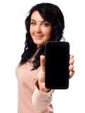 Visualización de la demostración de la mujer joven del teléfono celular móvil con la pantalla negra Fotos de archivo