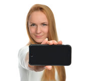 Visualización de la demostración de la mujer joven del teléfono celular móvil con la pantalla negra Imagen de archivo libre de regalías