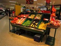 Visualización de la fruta en supermercado. Imagen de archivo