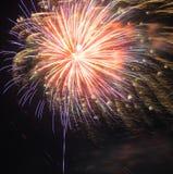 Visualización de los fuegos artificiales Fotos de archivo