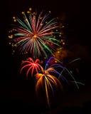 Visualización de los fuegos artificiales de la celebración del día de fiesta Imagen de archivo libre de regalías