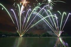 Visualización del fuego artificial sobre el lago fotos de archivo libres de regalías
