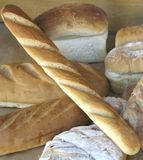 Visualización del pan en la ventana del departamento de la panadería Fotos de archivo libres de regalías