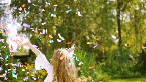 Visualización inversa para la muchacha feliz en partido del carnaval en al aire libre Concepto de la niñez del feliz cumpleaños almacen de metraje de vídeo