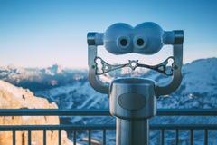 Visualizzatore binoculare con il paesaggio della montagna, visualizzazione di Pordoi del Sass Fotografia Stock Libera da Diritti