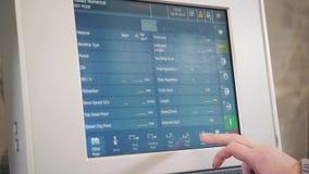 Visualizzatore del computer di controllo della macchina, officina di fabbricazione I lavoratori regola la macchina nel magazzino  archivi video