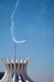 Visualizzazione Aerobatic sopra la cattedrale di Brasilia Fotografie Stock Libere da Diritti