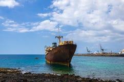 Visualizzazione alta vicina del relitto della nave del tempio Corridoio con il porto di Arrecife nel fondo fotografia stock
