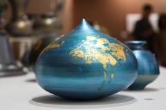 Visualizzazione blu dell'opera d'arte dell'argilla alla mostra di arte immagini stock libere da diritti