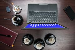 Visualizzazione da tavolino, con il computer su cui il grafico è Fotografia Stock Libera da Diritti
