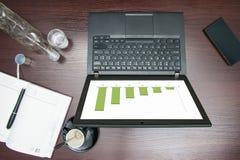 Visualizzazione da tavolino, con il computer su cui il grafico è Fotografie Stock