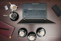 Visualizzazione da tavolino, con il computer su cui il grafico è Fotografie Stock Libere da Diritti