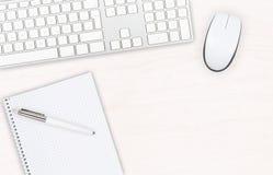 Visualizzazione da tavolino dell'ufficio di legno bianco con il topo e il keyboa del computer Immagine Stock Libera da Diritti