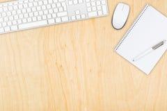 Visualizzazione da tavolino dell'ufficio di legno di Brown con il topo e il keyboa del computer Fotografia Stock