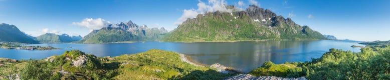 Visualizzazione dal punto di visualizzazione nell'area di riposo di Austnesfjorden, Lofoten, Norvegia Panorama fotografia stock libera da diritti