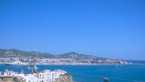 Visualizzazione dalla vecchia città Dalt Vila alla porta e dalla nuova città in Ibiza, Spagna Navi e barche nel porto Città di Ib video d archivio