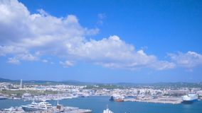 Visualizzazione dalla vecchia città Dalt Vila alla porta e dalla nuova città in Ibiza, Spagna Navi e barche nel porto Città di Ib stock footage