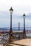 Visualizzazione dei 25 de Abril Bridge e porta, Lisbona, Portogallo 30 novembre 2016 Fotografie Stock Libere da Diritti