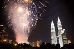 Visualizzazione dei fuochi d'artificio di nuovo anno di Kuala Lumpur Fotografie Stock