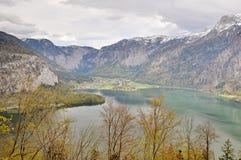 Visualizzazione del lago e piattaforma di visualizzazione del villaggio del hallstatt nella nuvola Fotografia Stock Libera da Diritti