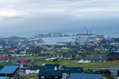 Visualizzazione della città e della porta di Torshavn in isole faroe immagini stock