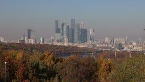 Visualizzazione della città ed il complesso della città di Mosca dei grattacieli piattaforma sanguinosa di visualizzazione da oss archivi video